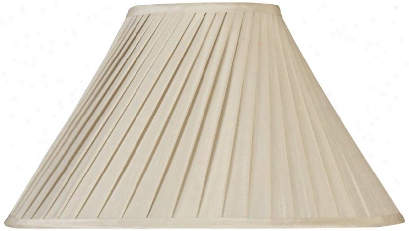 Off White Swirled Pleated Shzde 6.5x18x11 (spiser) (r2570)